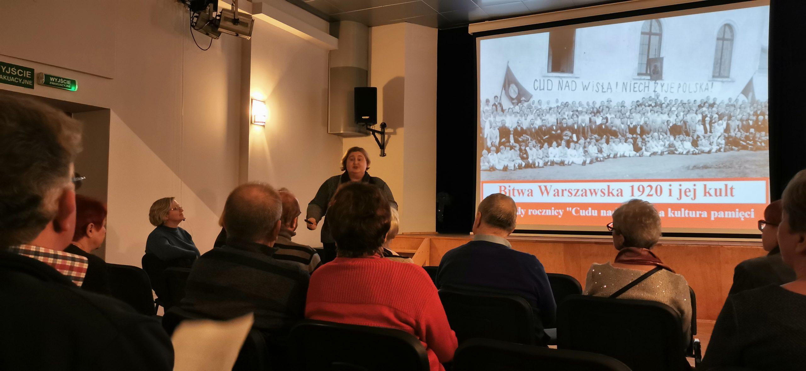 """Wykład p. dr Katarzyny Jarkiewicz: """"Bitwa Warszawska 1920 i jej kult. O obchodach rocznicy """"cudu nad Wisłą"""" i kulturze pamięci"""". – 07.02.20 r."""